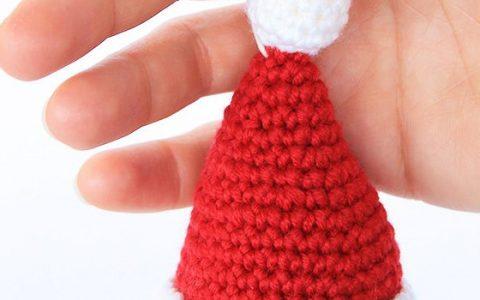 Addobbi da appendere  cappello di Babbo Natale a uncinetto ... 1612451e3d71