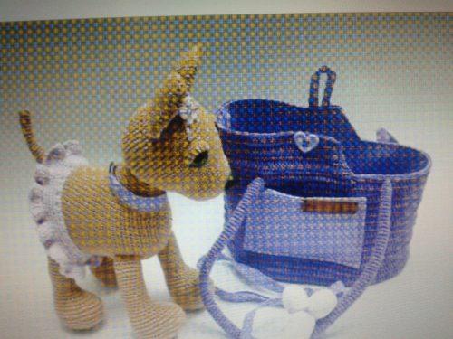 Piccolo Chihuahua con il suo amato trasportino da viaggio e il suo osso